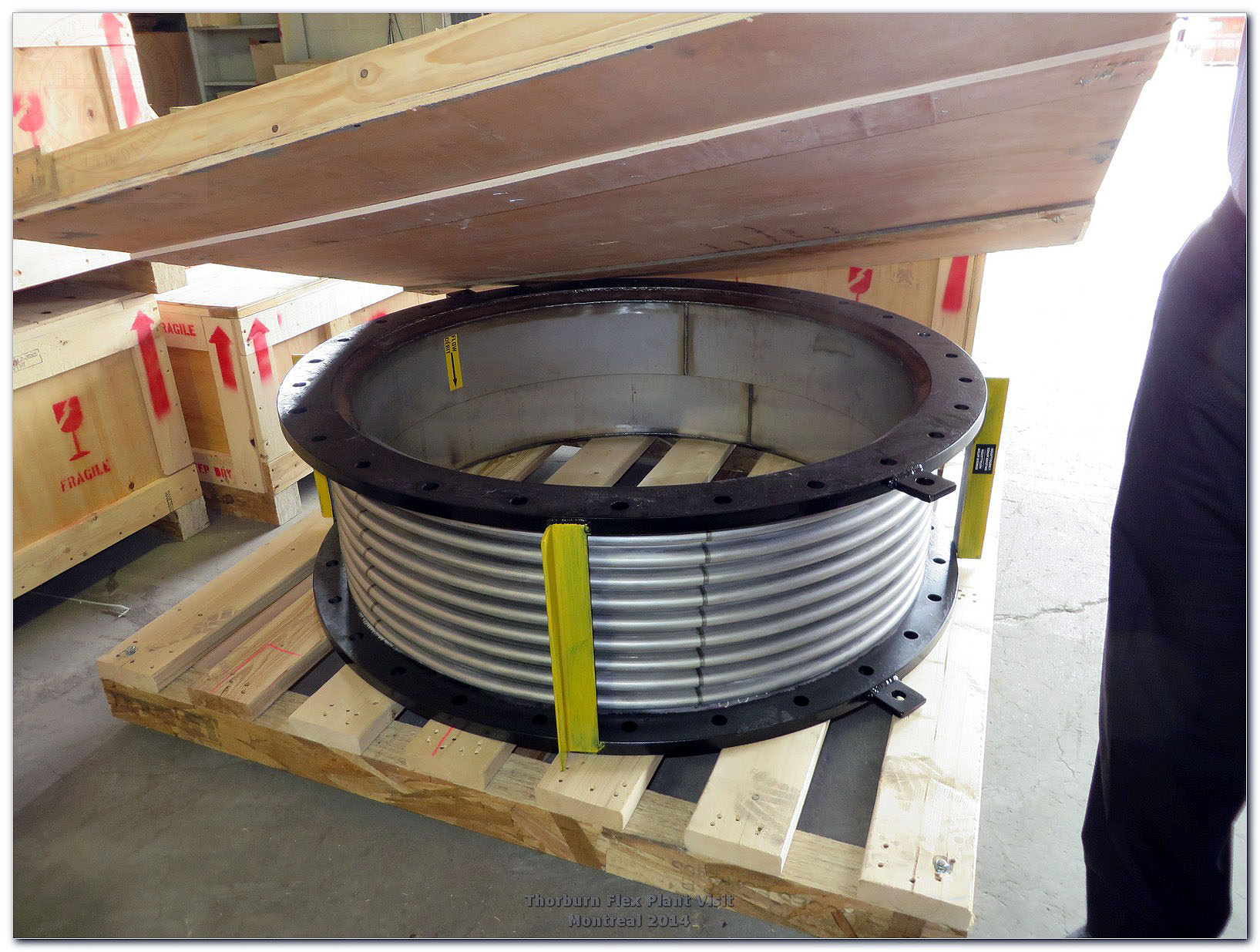 Round metallic bellows with forged flanges with integral tie rods on the outside flange diameter to avoid excessive welding and heat distortion of the flange